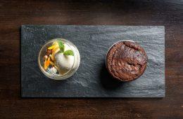 En Crizia, Gabriel Oggero propone soufflé de chocolate al 70 %, helado de crema fresca y ganache de chocolate fresco.
